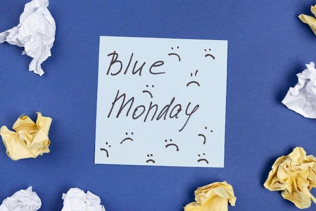 Widok Z Góry Karteczki Z Marszczeniami I Zmiętym Papierem Na Niebieski Poniedziałek Darmowe Zdjęcia