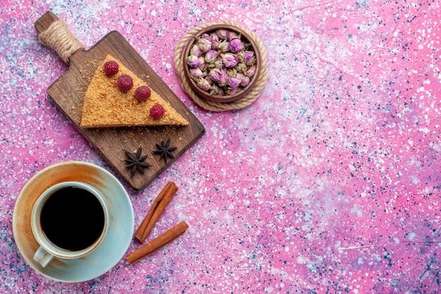 Widok Z Góry Kawałek Ciasta Pieczonego I Słodkiego Z Malinami Wraz Z Herbatą Na Jasnoróżowym Biurku Upiec Słodkie Ciasto Owocowe Darmowe Zdjęcia