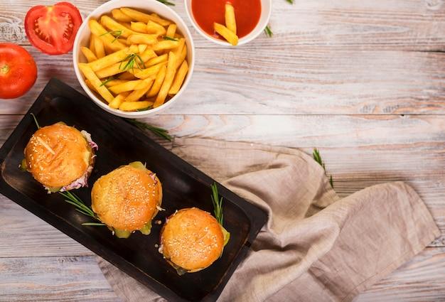 Widok z góry klasyczne hamburgery z frytkami Darmowe Zdjęcia