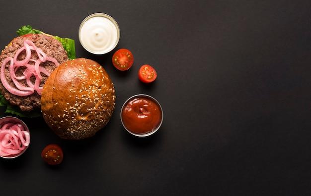Widok z góry klasyczny burger z keczupem i majonezem Darmowe Zdjęcia