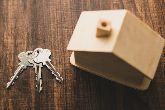 Widok Z Góry Klucza Domu I Modelu Domu Na Stole Premium Zdjęcia