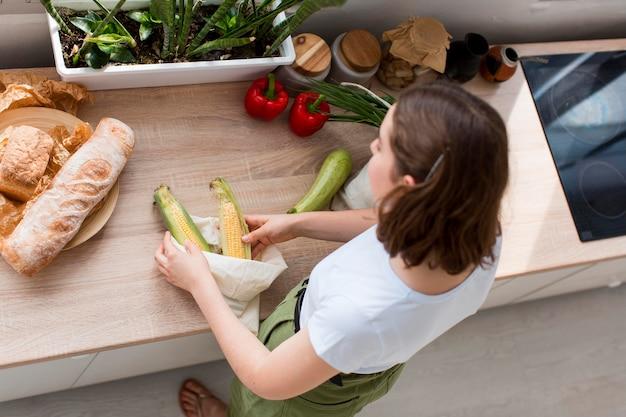 Widok Z Góry Kobieta Aranżacja Organicznych Artykułów Spożywczych Darmowe Zdjęcia