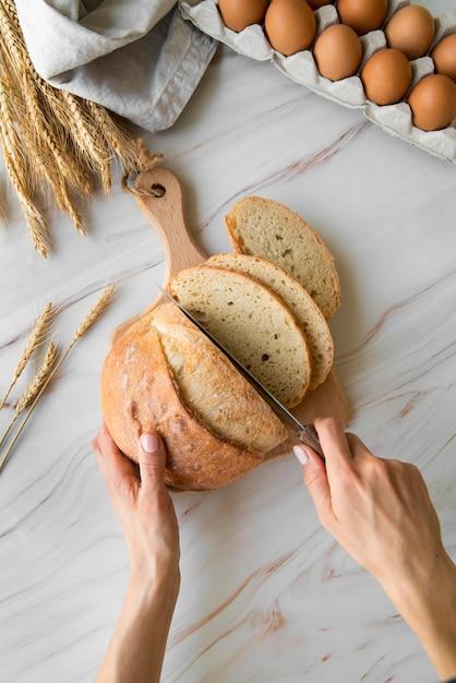 Widok Z Góry Kobieta Krojenia Chleba Darmowe Zdjęcia