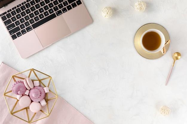 Widok Z Góry Kobiety Biznesu Miejsce Pracy Z Klawiaturą Komputerową, Notatnikiem, Różowym Piwonia Bukietem Kwiatów I Telefonem Komórkowym, Leżał Płasko. Premium Zdjęcia