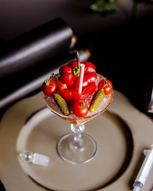 Widok Z Góry Koktajlu Z Czerwonej Papryki Serwowanego W Szklance Martini Z Pomidorami Koktajlowymi I Korniszonami Darmowe Zdjęcia