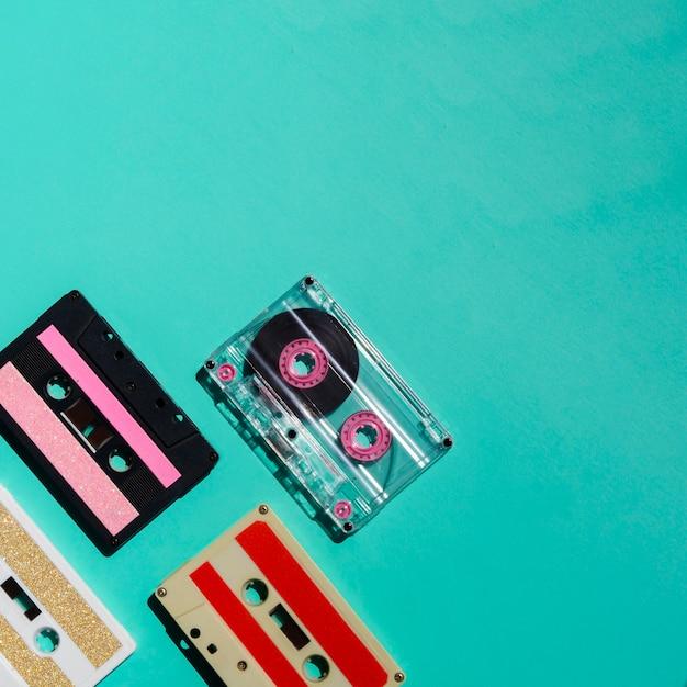 Widok z góry kolekcja wielokolorowych kaset z miejscem na kopię Darmowe Zdjęcia