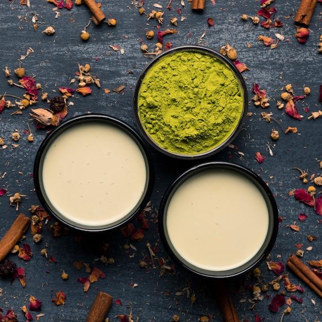 Widok z góry kolekcji dwóch kubków zielonej herbaty Darmowe Zdjęcia