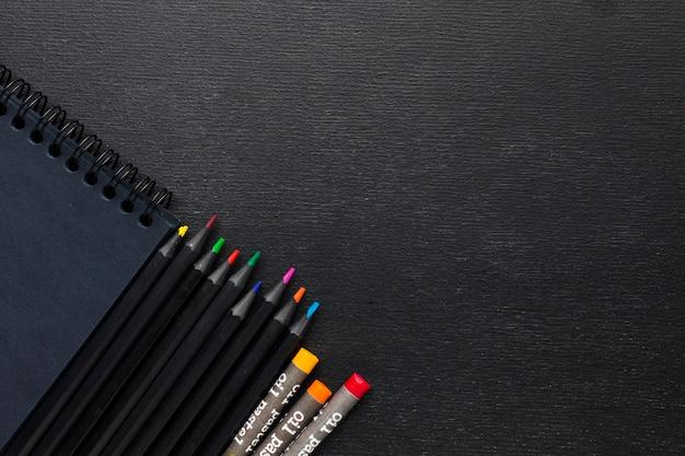 Widok Z Góry Kolorowe Kredki I Ołówki Darmowe Zdjęcia