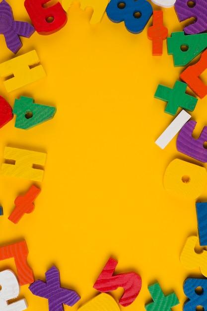Widok Z Góry Kolorowe Litery I Cyfry Ramki Na Chrzciny Darmowe Zdjęcia