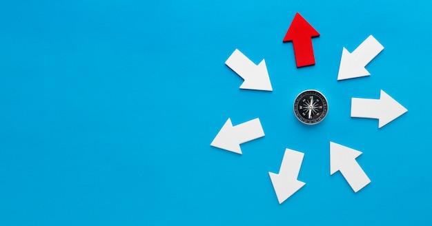 Widok Z Góry Kompasu Ze Strzałkami I Miejsce Darmowe Zdjęcia