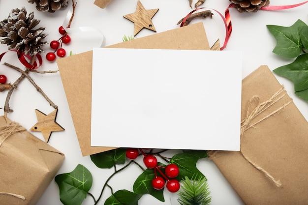 Widok Z Góry Kompozycji świątecznej Z Pudełkiem, Wstążką, Gałęziami Jodły, Szyszkami, Anyżem Na Białym Stole Darmowe Zdjęcia
