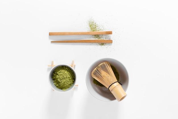 Widok z góry koncepcja matcha z bambusową trzepaczką Darmowe Zdjęcia