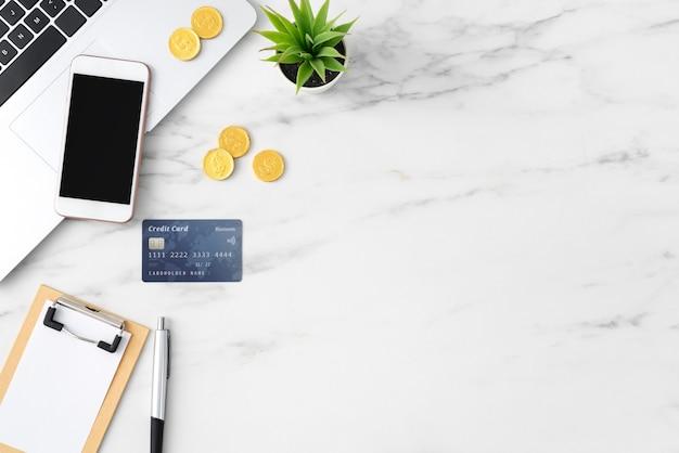 Widok Z Góry Koncepcji Planu Finansowego Z Karty Kredytowej, Laptopa, Uwaga Na Tle Biały Stół Biurowy. Premium Zdjęcia