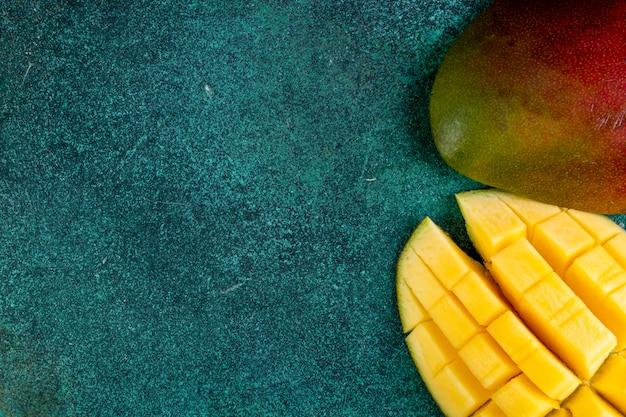 Widok Z Góry Kopia Przestrzeń Pokrojone Mango Na Zielono Darmowe Zdjęcia