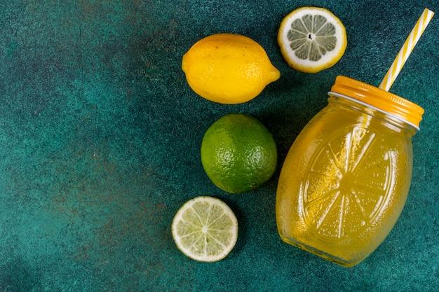 Widok Z Góry Kopia Przestrzeń Wapno Z Sokiem Pomarańczowym Lemonnd Na Zielono Darmowe Zdjęcia