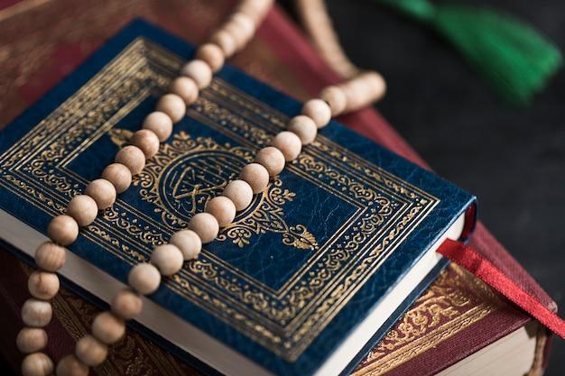 Widok Z Góry Koran Książek Na Stole Darmowe Zdjęcia
