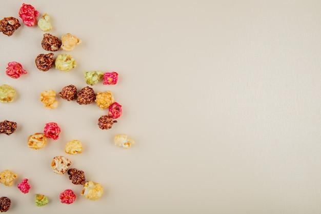 Widok Z Góry Kręgli Popcorn Po Lewej Stronie I Białej Powierzchni Z Miejsca Kopiowania Darmowe Zdjęcia