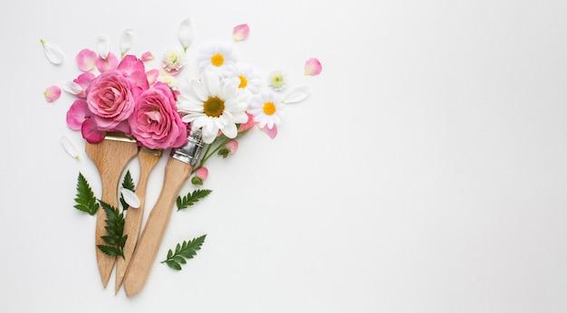 Widok Z Góry Kwiaty Róż I Pędzel Do Malowania Darmowe Zdjęcia