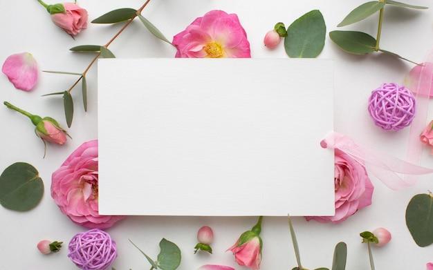 Widok Z Góry Kwiaty Róże I Arkusz Papieru Darmowe Zdjęcia