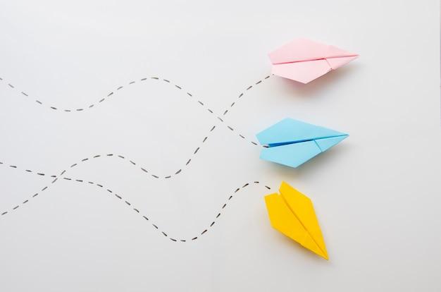 Widok z góry ładny minimalistyczny papier samolotów Darmowe Zdjęcia