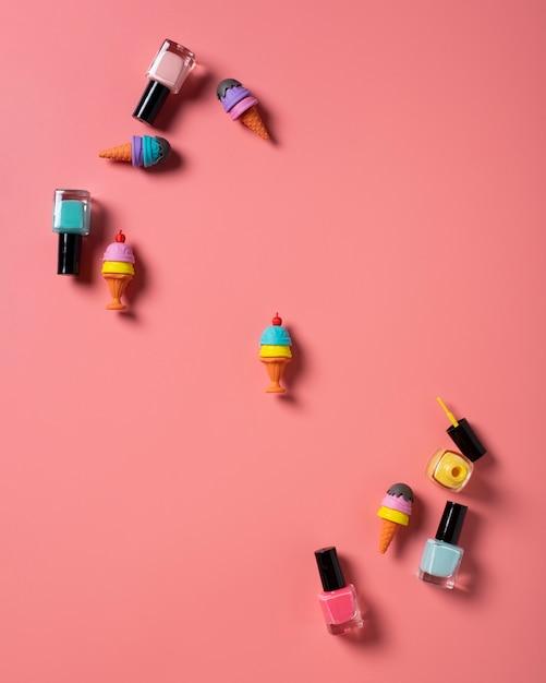 Widok z góry lakier do paznokci na prostym tle Darmowe Zdjęcia