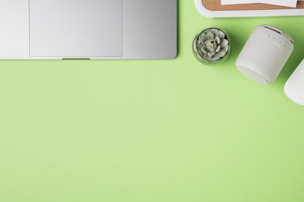 Widok z góry laptopa touchpad w pobliżu roślin Darmowe Zdjęcia