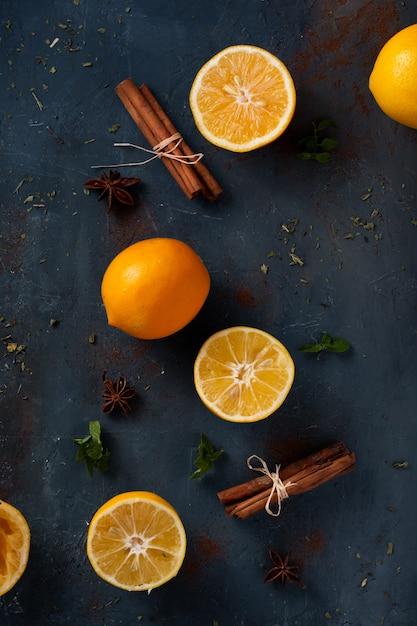 Widok Z Góry Laski Cynamonu Z Pomarańczą Na Stole Darmowe Zdjęcia