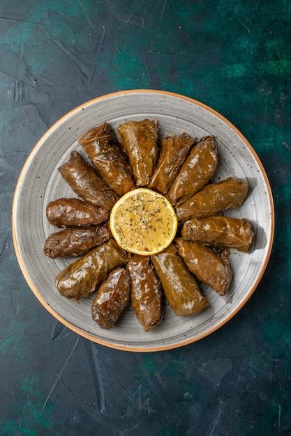 Widok Z Góry Liść Dolma Pyszny Wschodni Posiłek Mięsny Zawijany Wewnątrz Zielonych Liści Na Ciemnoniebieskim Biurku Posiłek Mięsny Jedzenie Obiad Warzywa Zdrowe Kalorie Darmowe Zdjęcia