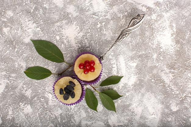 Widok Z Góry Małe Czekoladowe Ciasteczka Z żurawiną Na Jasnym Tle Ciasto Biszkoptowe Słodkie Ciasto Piecowe Darmowe Zdjęcia