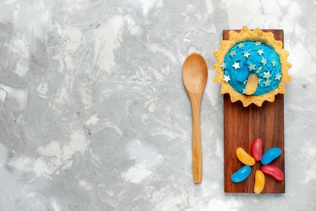 Widok Z Góry Małe Kremowe Ciasto Z Cukierkami Na Jasnym Tle Ciasto Słodkie Cukier Puder Piec Darmowe Zdjęcia