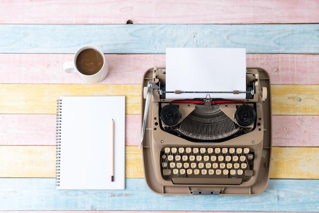 Widok z góry maszyny do pisania w stylu retro Premium Zdjęcia