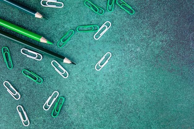 Widok Z Góry Miejsca Kopiowania Zielone Ołówki Z Zielonymi I Białymi Spinaczami Na Zielonym Tle Darmowe Zdjęcia