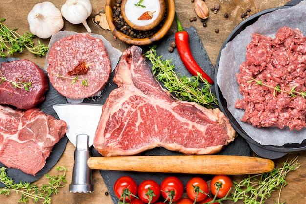 Widok Z Góry Mięsa Z Pomidorami I Chili Darmowe Zdjęcia