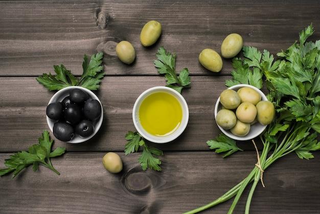 Widok z góry mieszanka świeżych oliwek na stole Darmowe Zdjęcia