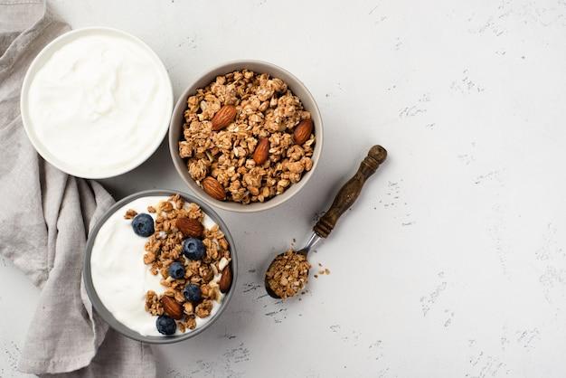 Widok Z Góry Misek Z Płatkami śniadaniowymi I Jogurtem Premium Zdjęcia