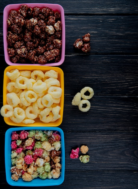 Widok Z Góry Miski Popcorns Jak Kręgle I Czekolady Z Kukurydzy Pop Zbóż Na Czarnej Powierzchni Drewnianych Darmowe Zdjęcia