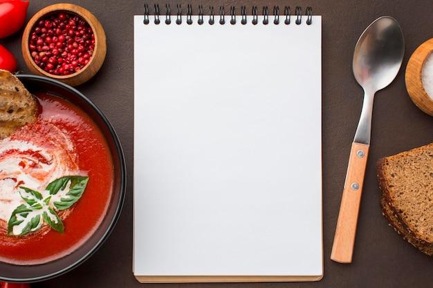 Widok Z Góry Miski Z Zimową Zupą Pomidorową I Notatnikiem Darmowe Zdjęcia