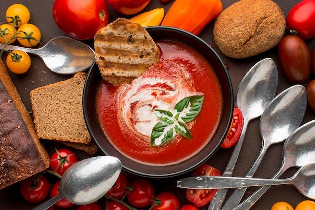 Widok Z Góry Miski Z Zimową Zupą Pomidorową I Tostami Darmowe Zdjęcia