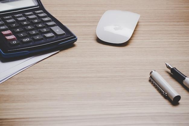 Widok Z Góry Na Biurko Z Piórem, Laptop, Tablet, Mysz, Kalkulator I Wykres Papier Makiety. Premium Zdjęcia