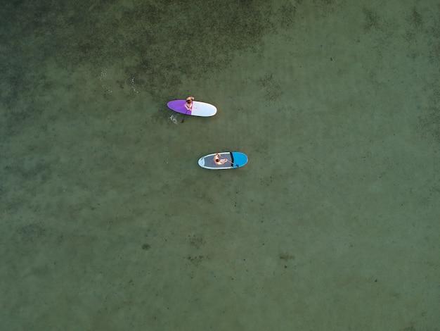 Widok Z Góry Na Deski Sup Na Płytkiej Turkusowej Wodzie Morza Azowskiego Na Ukrainie Premium Zdjęcia