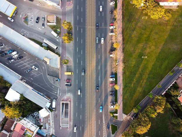 Widok Z Góry Na Drogę W Bukareszcie, Wiele Samochodów, Parking, Zielony Trawnik Po Prawej, Widok Z Drona, Rumunia Darmowe Zdjęcia