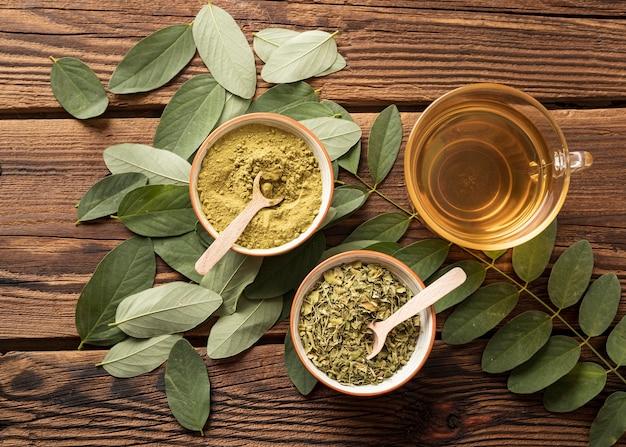 Widok Z Góry Na Filiżankę Herbaty I Liści Naturalnych Ziół Darmowe Zdjęcia