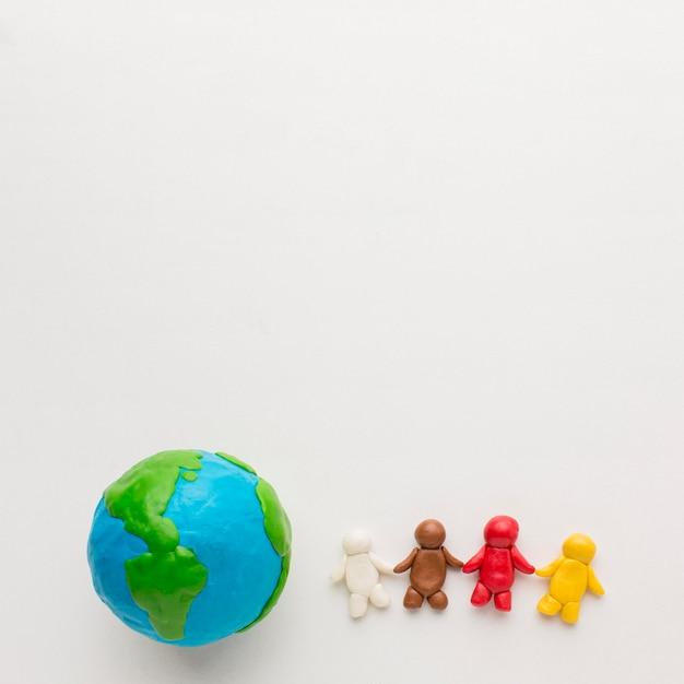 Widok Z Góry Na Globus Plasteliny I Ludzi Z Miejsca Na Kopię Darmowe Zdjęcia