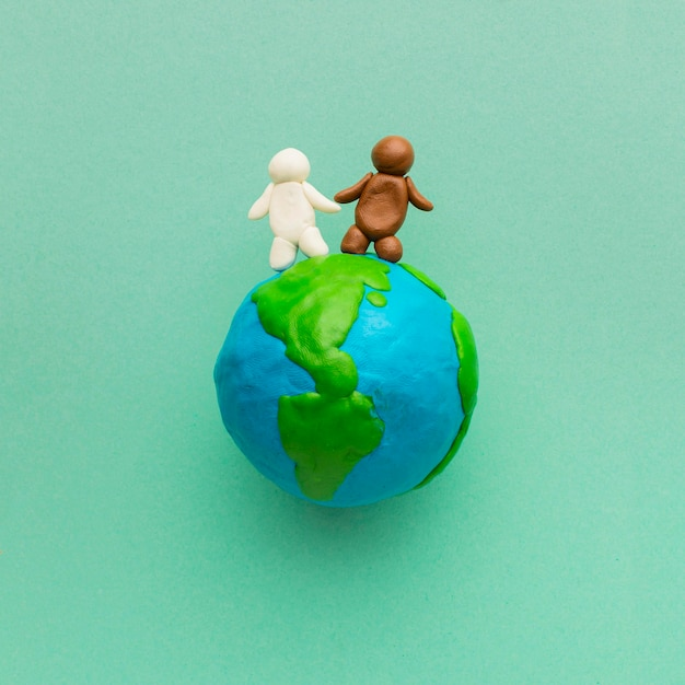 Widok Z Góry Na Globus Plasteliny I Ludzi Darmowe Zdjęcia