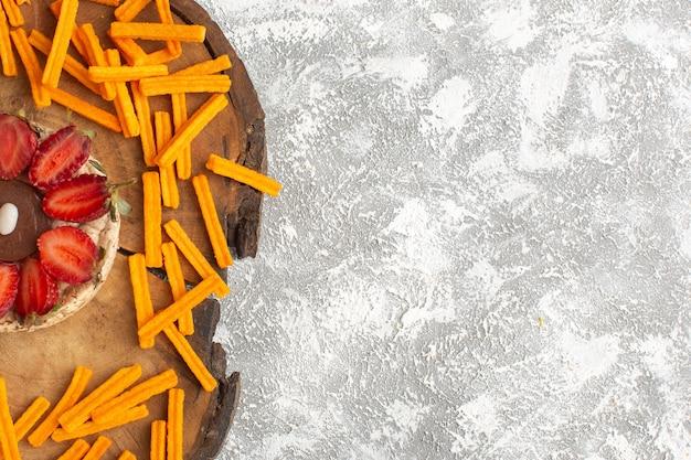 Widok Z Góry Na Herbatniki Z Truskawkami Z Pomarańczowymi Sucharkami Na Drewnianym Biurku I Lekką Powierzchnią Ciasta Słodki Deser Owocowy Cukier Piec Darmowe Zdjęcia