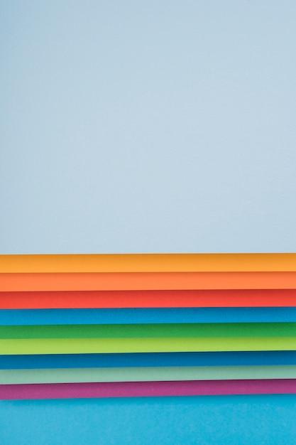 Widok z góry na kolorowe kartki papieru Darmowe Zdjęcia
