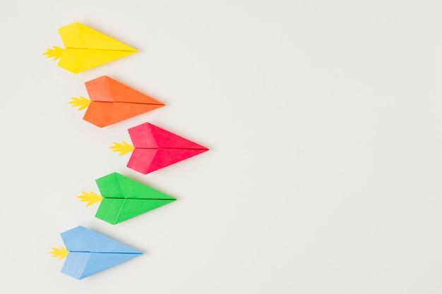 Widok z góry na kolorowe papierowe samoloty Darmowe Zdjęcia