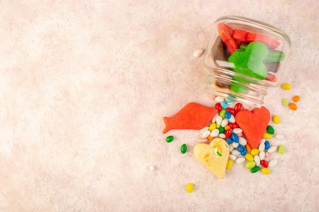 Widok Z Góry Na Kolorowe, Pyszne Ciasteczka Różne Uformowane W środku Puszki Z Cukierkami Na Różowej Powierzchni Darmowe Zdjęcia