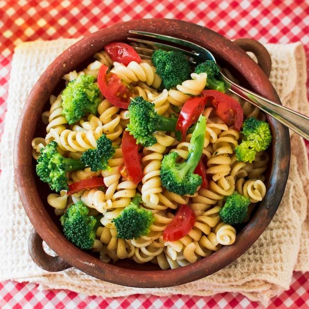 Widok z góry na makaron wegetariański fusilli z pomidorami i brokułami Darmowe Zdjęcia