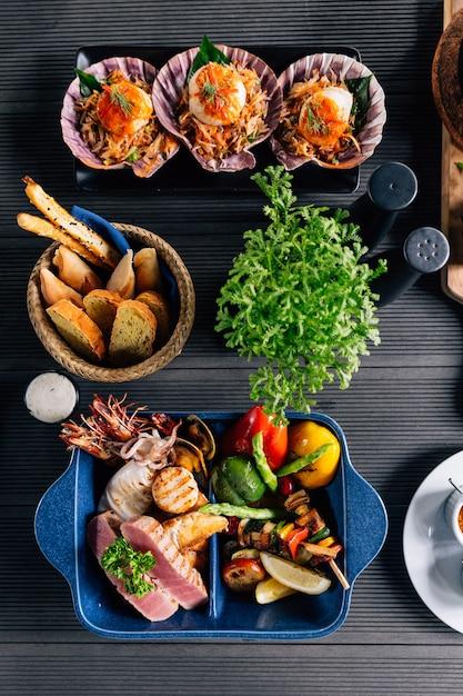 Widok Z Góry Na Mieszane Owoce Morza Z Grilla, Takie Jak Ryby, Kalmary, Krewetki, Małże I Warzywa. Premium Zdjęcia
